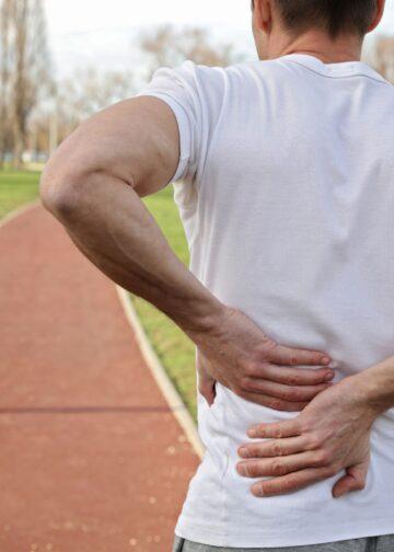 Hombre atlético con dolor de espalda. ¿El ejercicio es una causa? El Centro de la Columna Vertebral lo explica